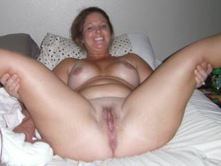 funny she spreads her legs and smiles onder why??