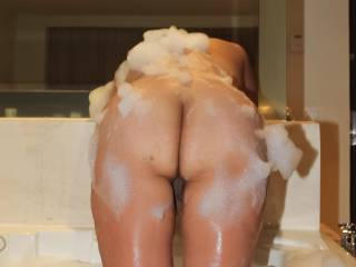 A pussy peek in the tub!