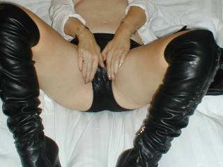 love to shoot a big hot load on that lovely pussy!!