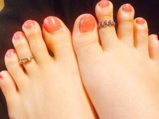 She wants a cum tribute on her sexy toes