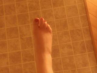 GF showing me her sexy feet and toes while bathing. Knowing it\'s gets me all horned up