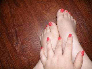 I love feet, love a nice clean set of toes to lick n suck, would love to swirl my tongue around yours and softly suck on them. As well as other things ;)
