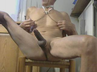 Leg up come beetween my thighs and f.....and Ride me ! Pussies asses mouths hands accepted !