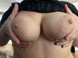 Wife like to flash her sexy tits!