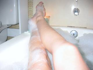 mmmm would love to be in there with u,great legs
