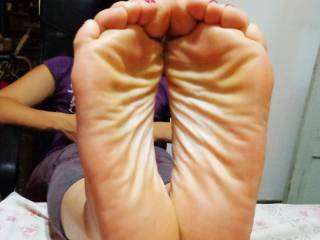 Wot a grip just need a fat cock inbetween those sexy sexy soles . Great pic x