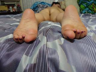love that view of ur sexy wrinkly soles and ass! perfection! would sniff and lick them all day!