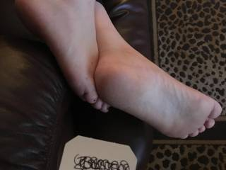 I think these feet need to give a good foot job.  Who likes foot jobs?