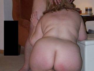 love seeing her head bobbling on a cock while she shows that phat ass