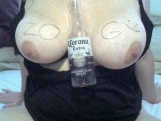 Damn now that what I call a good bottle holder ... wow wow wow such a hot sexy pic ..