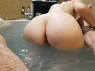 her big round ass in the hot tub
