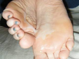 Love to lick her sexy feet and soles clean!