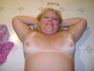 this girl wud happily suck those gorgeous tits while the boys cum all over us both x