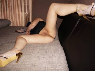 your high heels slut is ready,are you?im wondering how many wants to fuck me