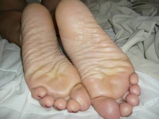 My wife\'s pretty feet ..