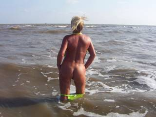 oh dam wish i was having sex with u in the water.  dam sexy lady u are. wonderful butt.