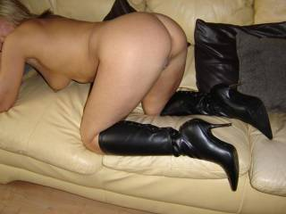 LICK THAT FINE HOTT SEXXY TIGHT LITTLE ASS!!!!YOU BET!!!SO DAMM HOTT!! GREAT PIC!!!!VERY SEXXY!!!