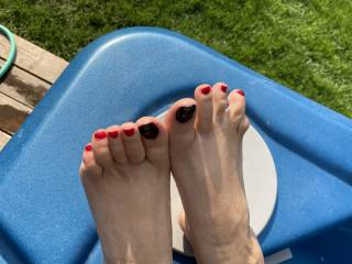 Showing you my toes,you want to lick and cum on them?