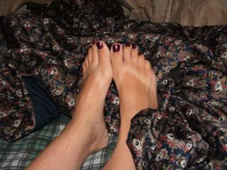 i would love to smell your feet and suck on those beautiful toes.