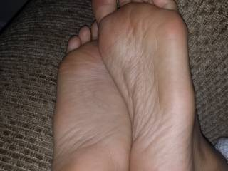 Such smooth soft sexy soles....would love to lick slowly from heel to toes and back again before watching my huge thick load sliding down those arches. Stunning!!