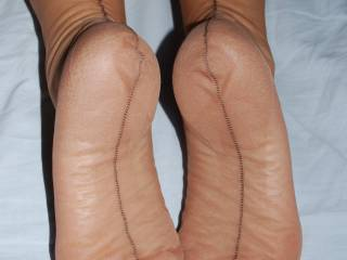 I need to cum on those sexy soles!!