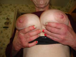 mmmmh, fantastic twins with so beautiful nipples, great turn-on to me!
