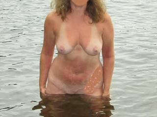 Fabulous gorgeous hotttttttttttttt body so very sexy all wet in the lake!