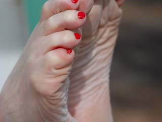 I would love to cum and suck on your sexy feet/toes!