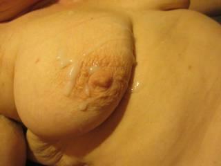 encore une petite giclée sur ses seins..
