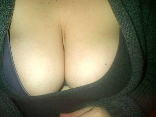 Mmmm i'd love to fuck those big titties with my hard cock! a brown cock would look soo hot between them. =)