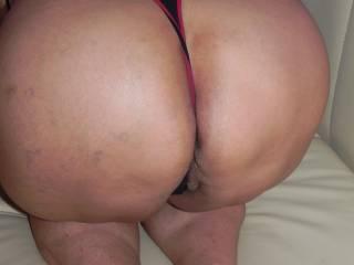 cock-craving mature likes cum on her big ass! Wer spritzt sie an?