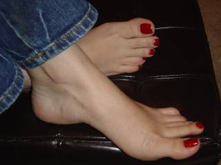 mmmmmmmm those look soooooo sexy, I'd love to lick your toes one by one while I massage the rest of your feet...