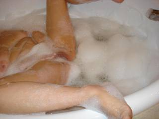 mmm nice hot pussy in nice hot bubbles can you ask for anything more......