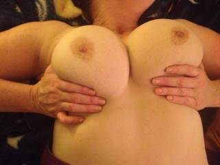 Very sexy lady,beautiful tits and pretty nipples make me want to drench this pic in cum