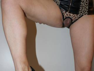fantastic hot view! very sexy outfit! great new pic! always enjoy looking at them x