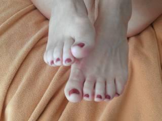 mmmmm yummmmmmmmy toes looks like they need sucking on ;-)