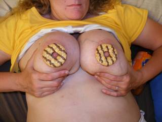 Now that's the kind of snack I want!! Love me some milk and cookies babe!