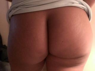 Mmmm it's the most perfectly round juicy ass on the planet I love it !!