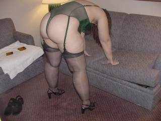 mm would love to saddle up behind that hot ass and bury my cock deep inside of her