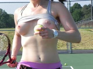 wow -- i love a sexy ass woman who can play sports -- what a great body and I'd love to play naked tennis sometime -- I'll bring my own balls and racket - ha