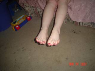 Luvly! WOuld luv to suck those inviting toes!Sexy toe-nails.....