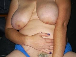 Great looking body, love those big tits and that hairy pussy, like to suck those nipples and eat that juicy pussy.