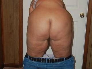 Naughty V showing her zoig fans her Phat ass.  Anyone want to spank it for her?