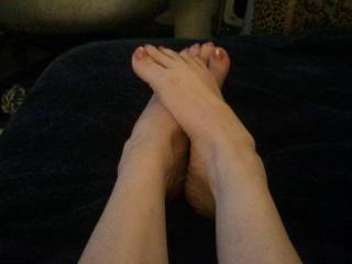 Very sexy feet/toes! Love to cum on your feet and suck your sexy toes clean!