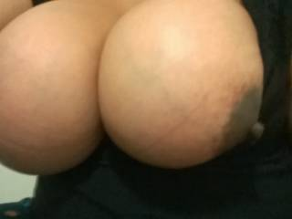 So jealous, I would love to play with her sexy big tits!