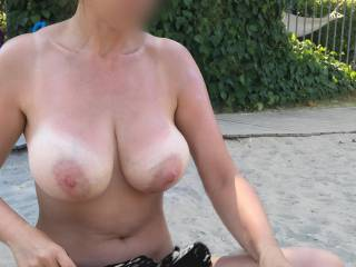 would love to put cream on those super big shapely tits. Love the wide pink areola round those nipples I'd love to suck
