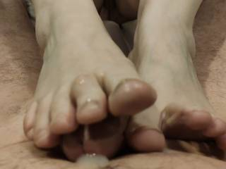 He just can\'t help his cock burst with cum when I squeeze his hard cock between my toes! Would you like this married woman to be your cock masseuse?  I would love to receive your cum. Cover my toes with your love, dear. Mmm...