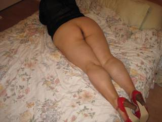 love how those red heels make your legs and ass look, even laying down!!!