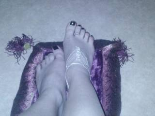 love to lick and suck your pretty toes and cum all over your feet...mmmmmmm