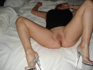 Mmmm with that pose I would love to dive face first and bury my face in your beautiful smooth pussy.... Looks very tasty...